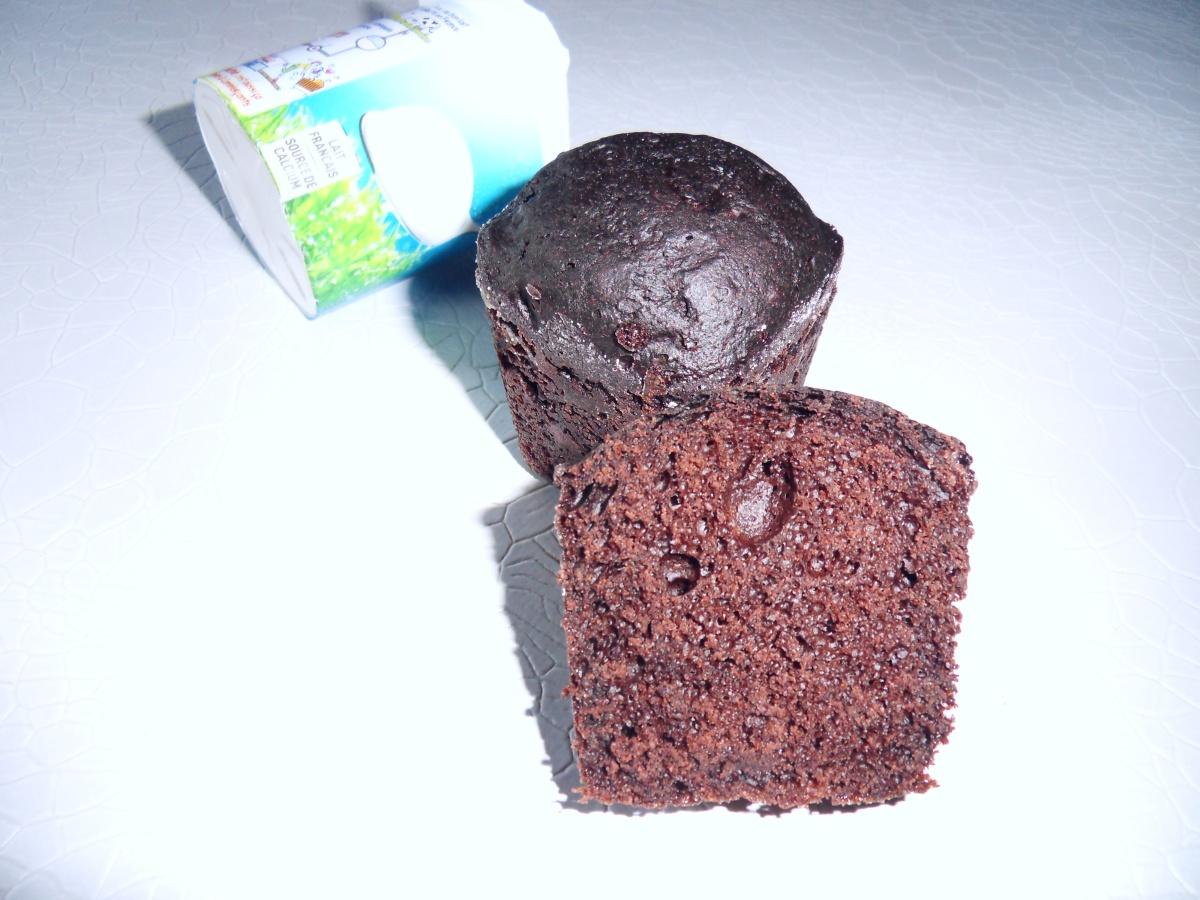 Cette image a un attribut alt vide; le nom du fichier est gateau-au-yaourt-et-au-chocolat-1.jpg
